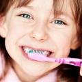 Коли вже можна починати дитині чистити зуби?